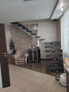 Оренда 3 кімнатної квартири Новобудова р-н. ЛПЗ двох рівнева квартира 100м2. 1 поверх кухня ванна туалет зал коридор . 2 поверх спальня. дитяча .душ .туалет Ціна 330$+комунальні платежі